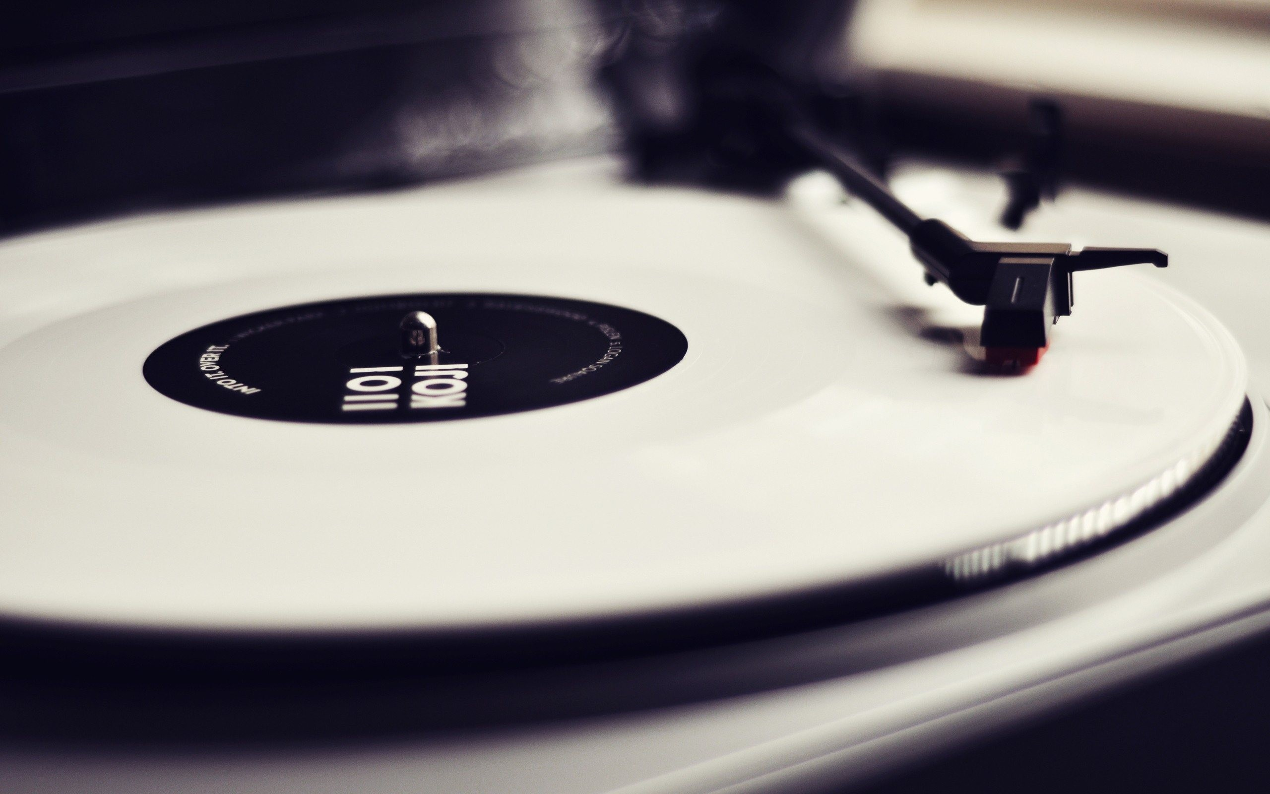 Turntable Wallpaper 2560x1600 px